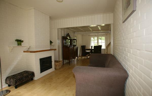 Woonkamer L Vorm : vormige woonkamer met houtkachel en met open keuken ...